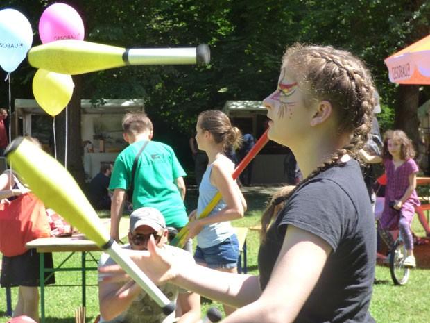 Jonglage mit Keulen auf dem Kunstfest Pankow