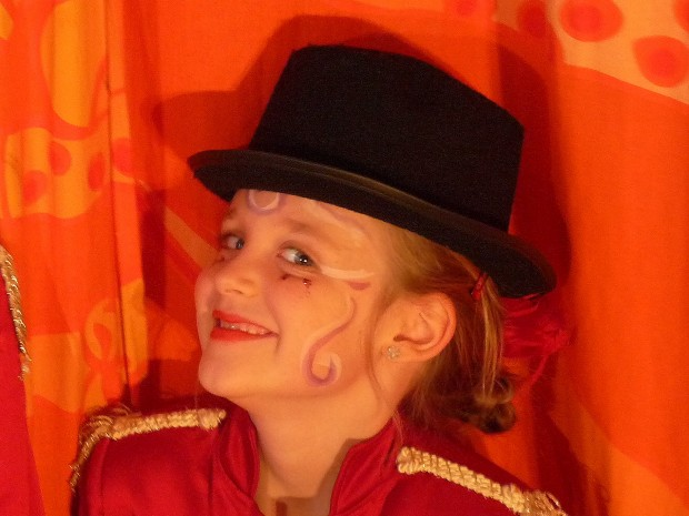 Zirkusdirektorin im Geburtstagszirkus in der Artistenschule contraire