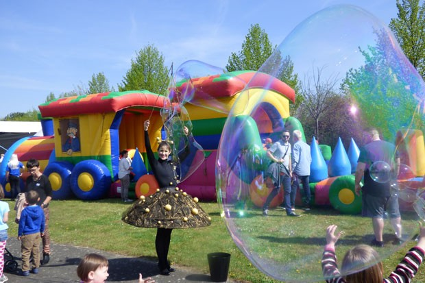 Die Riesenseifenblasen begeistern die Besucher