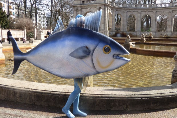 """Walkact """"Fisch"""" vor dem Märchenbrunnen Berlin"""